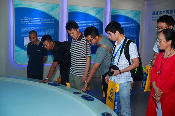 媒体代表体验虚拟养鱼.jpg