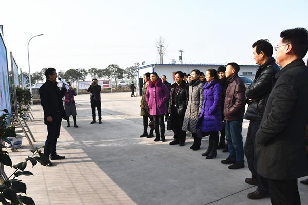 邓局长向调研组一行介绍新型工业园区规划_副本.jpg