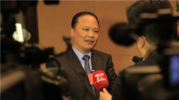 刘汉元代表接受媒体联合采访