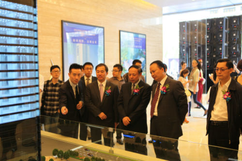 嘉宾参观太阳国际中心展厅