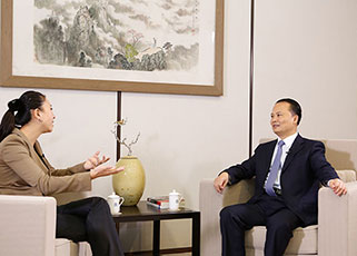 刘主席接受上海电视台《财智对话》栏目组专访